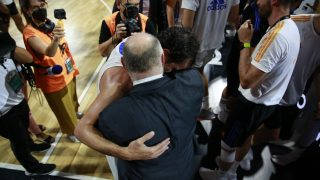Laso se abraza a Llull. (ACB Photo)