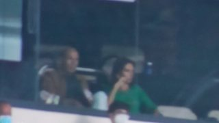 Zinedine Zidane, junto a su mujer en el palco del Bernabéu.