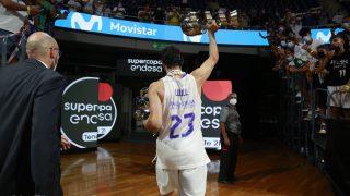 Sergio Llull saluda con el trofeo. (ACB Photo)