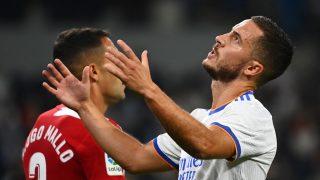 Hazard se lamenta en un partido con el Real Madrid. (AFP)