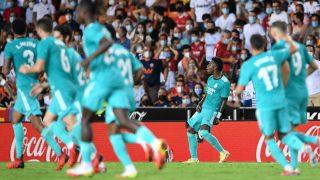 Vinicius celebra el 1-1 del Real Madrid en Mestalla. (AFP)