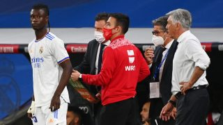 Camavinga, junto a Ancelotti antes de debutar en el Bernabéu. (AFP)