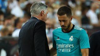 Eden Hazard saluda a Ancelotti tras ser sustituido (AFP).