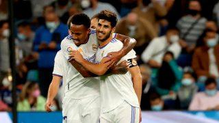 Militao abraza a Marco Asensio. (EFE)