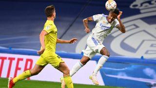 Militao cabecea una acción ofensiva del Real Madrid. (AFP)