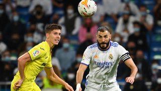 Karim Benzema pelea un balón con Foyth en el Real Madrid-Villarreal. (AFP)