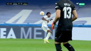 Vinicius hace una 'espaldinha' contra el Villarreal. (Captura de pantalla)