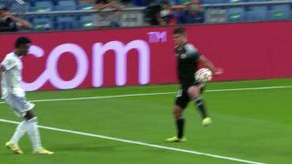 Vinicius reclamó penalti por mano.