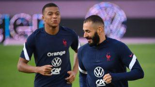 Benzema y Mbappé en un partido con Francia. (AFP)
