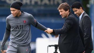 Leonardo agarra a Mbappé en un entrenamiento del PSG. (AFP)