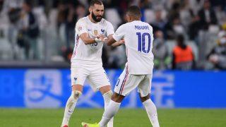Benzema y Mbappé celebran un gol con Francia. (AFP)
