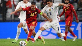 Hazard lucha por un balón con Pavard. (AFP)