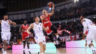 Kostas Sloukas entra a canasta ante la mirada de Causeur. (Foto: euroleague.net)