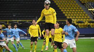 Haaland remata un balón durante un encuentro entre el Borussia y el City en la pasada temporada de la Champions League (AFP)