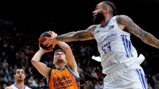 Taylor defiende al jugador del Valencia Basket Martin Hermannsson. (EFE)