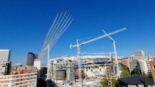 La bandera de España por encima del Santiago Bernabéu.