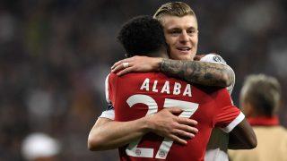 Alaba y Kroos se abrazan en un partido. (AFP)