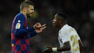 Gerard Piqué discute con Vinicius durante un Clásico. (AFP)