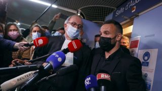 Mathieu Valbuena atiende a los medios en mitad del juicio por el caso de la grabación sexual. (AFP)