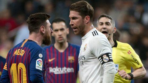 Leo Messi y Sergio Ramos discuten durante un Clásico. (AFP)