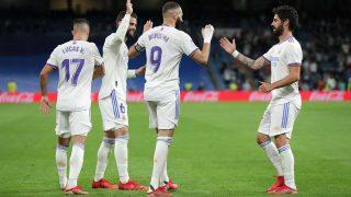 El delantero del Real Madrid Karim Benzema celebra un gol con Isco, Nacho y Lucas Vázquez (Getty)