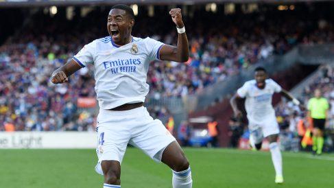 Alaba celebra un gol en el Camp Nou. (AFP)