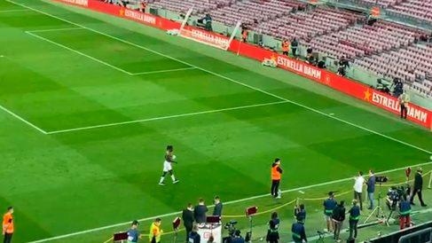 El detallazo de Camavinga con unos aficionados en el Camp Nou.
