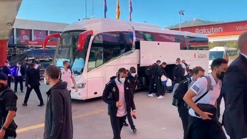 Los jugadores del Real Madrid llegan al Camp Nou.