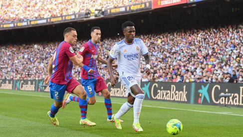 Vinicius, perseguido por Busquets y Dest en el Clásico del Camp Nou (Getty)