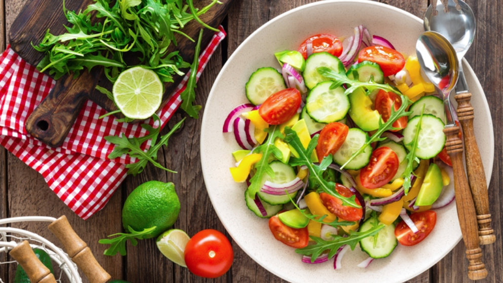 Receta de ensalada tropical diurética de pepino, apio y piña