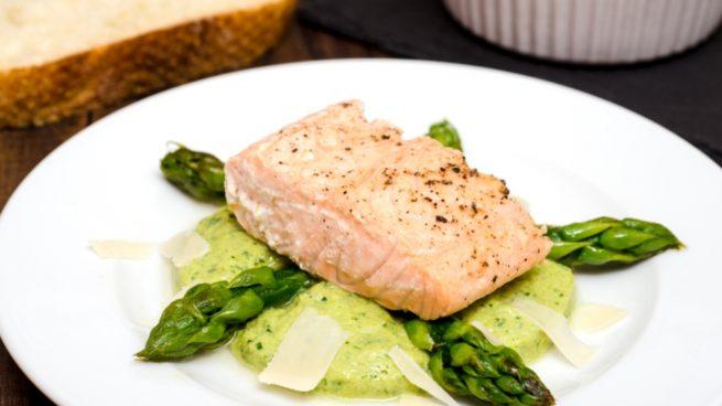 Salmón con espárragos verdes y parmesano