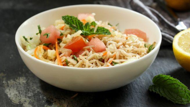 Ensalada de arroz al curry con calabacín y pimientos