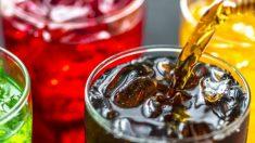 Las bebidas con un alto contenido en azúcares suelen ser las peores para los dientes.