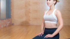 Es necesaria una esterilla porque hay muchos ejercicios que se realizan en el suelo.