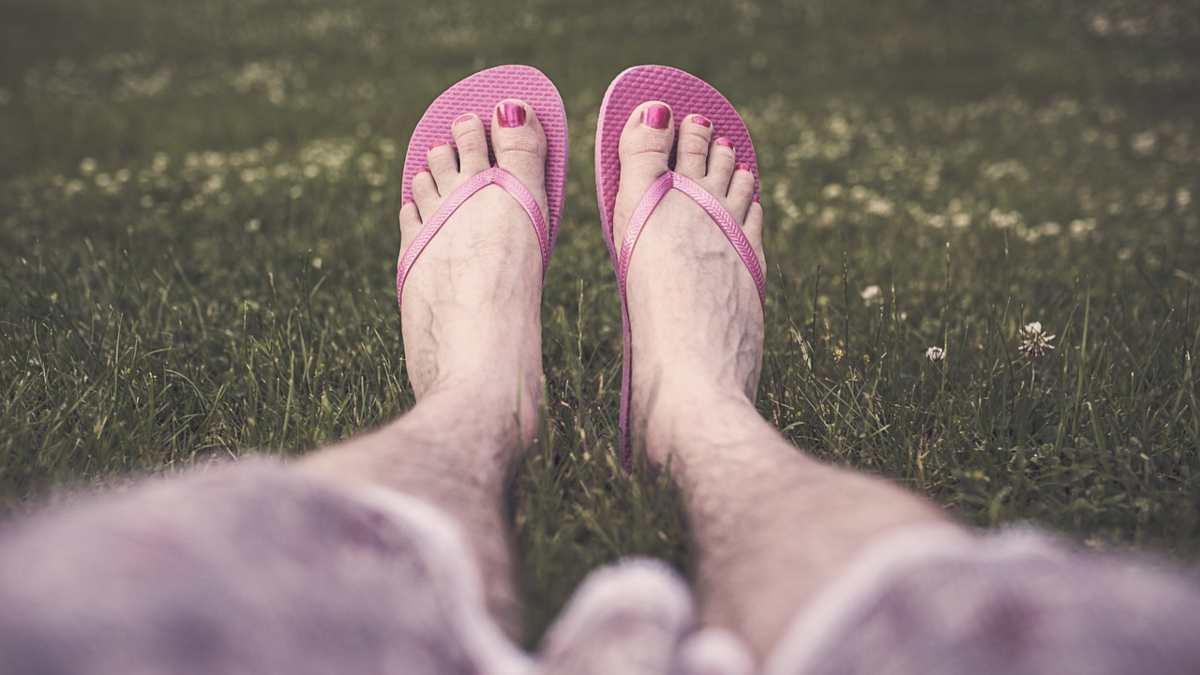 Por qué no deberías usar chanclas a diario si quieres cuidar tus pies