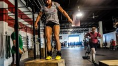 El crossfit es una actividad física que se basa en un entrenamiento constantemente variado de movimientos funcionales.