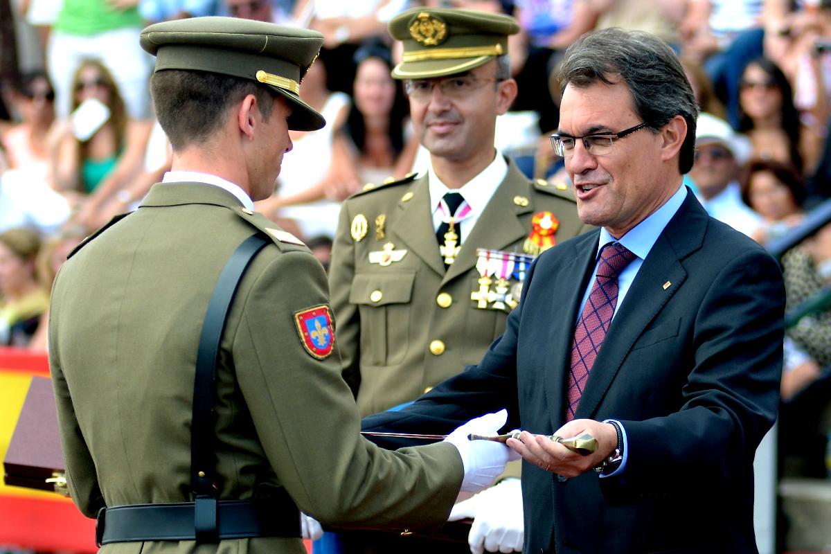 Artur Mas en la entrega de despachos a oficiales del Ejército (Getty)