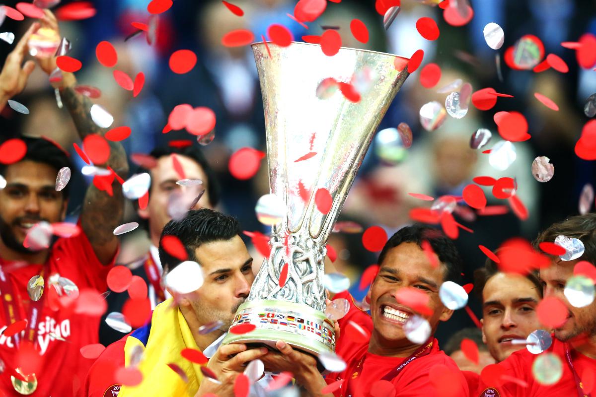 Carlos Bacca celebrando el título de la Europa League (Getty)
