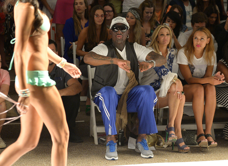 Dennis Rodman fue cazado practicando sexo oral mientras hablaba en una radio deportiva