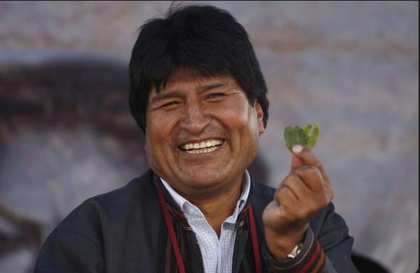 El presidente de Bolivia, Evo Morales, mostrando una hoja de coca.