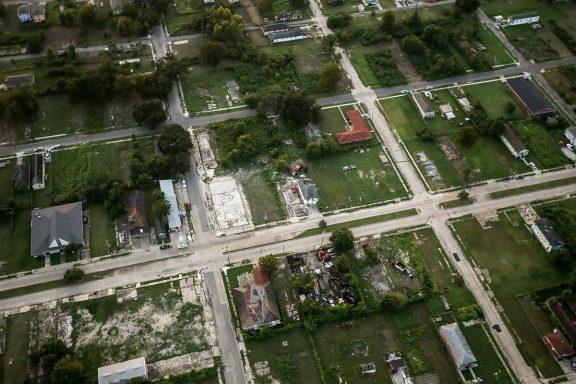 Casas reconstruidas se alternan aún con huecos abandonados (Getty)