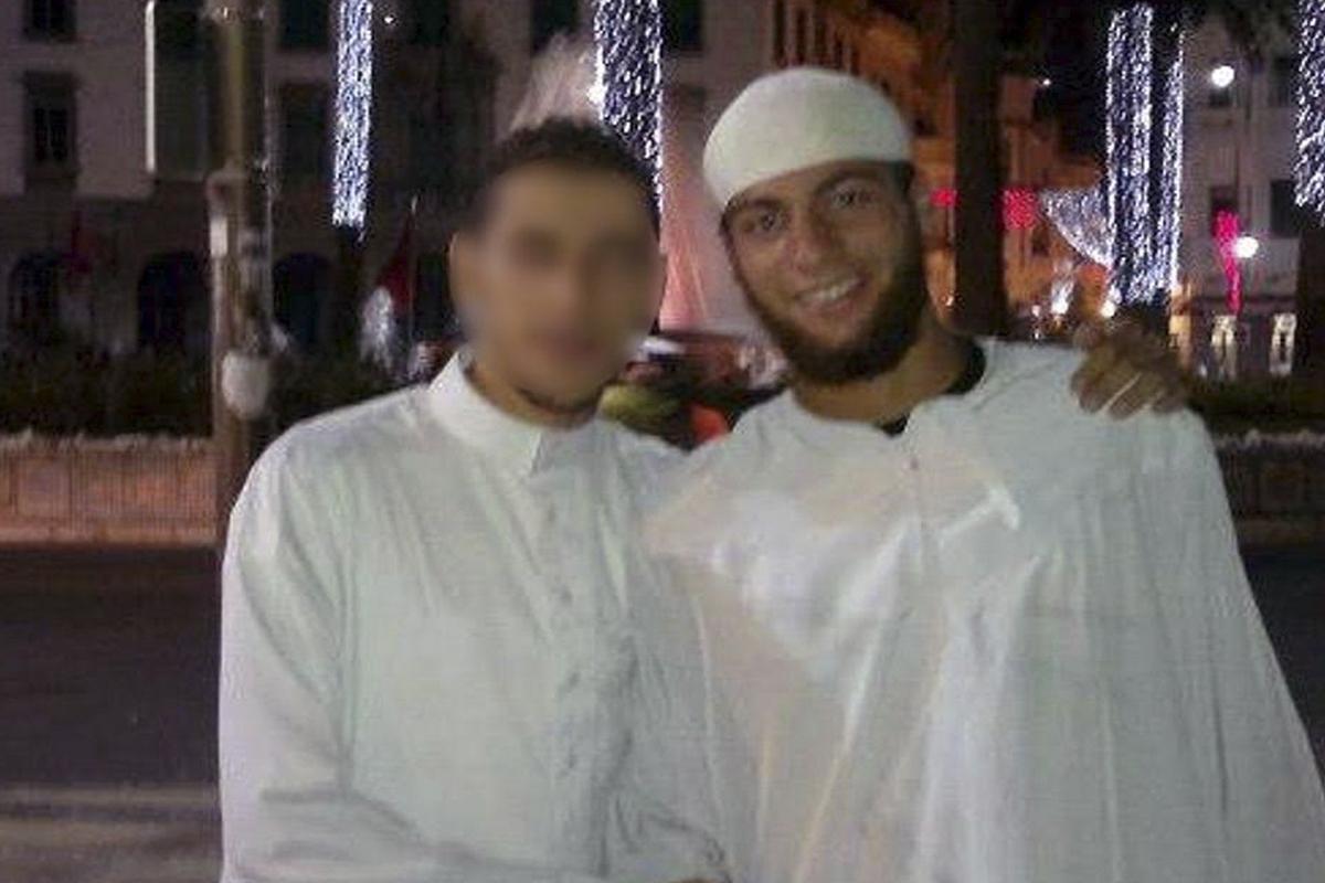 A la derecha, el atacante del tren Thalys (Foto: Agencias)