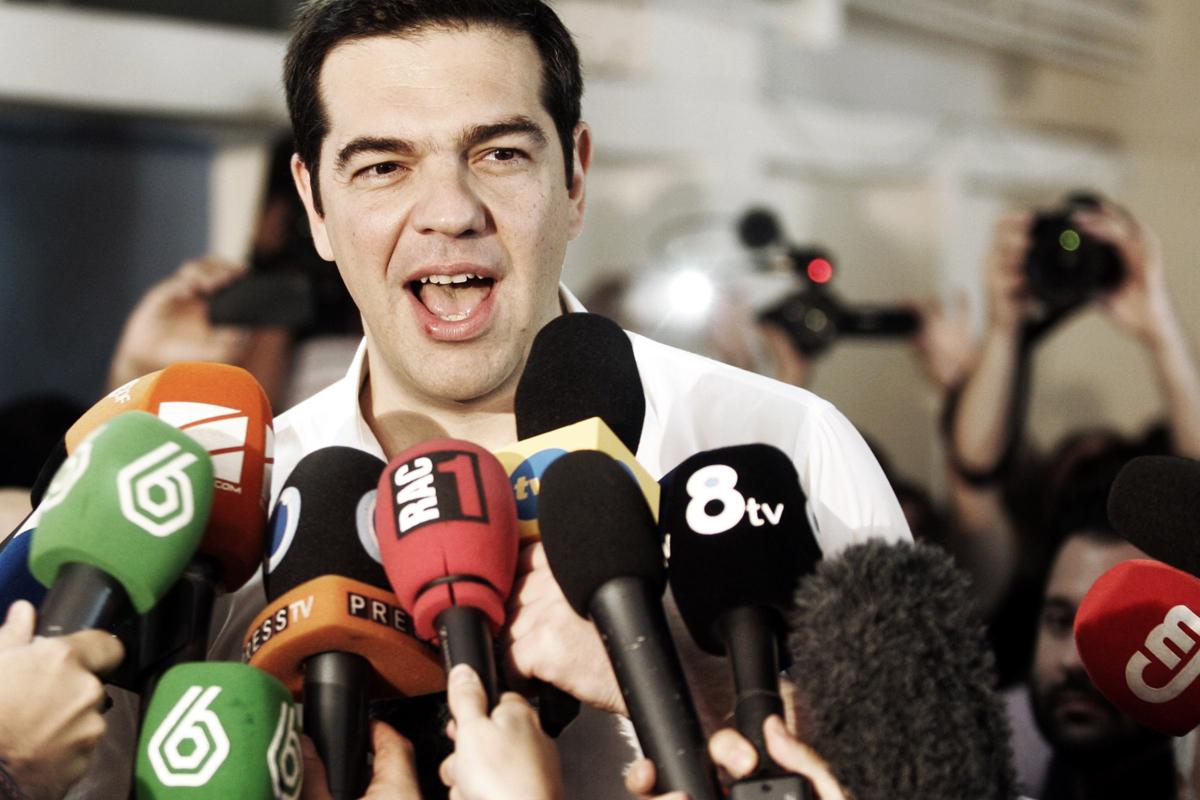 Alexis Tsipras, tras votar contra las medidas de austeridad luego aprobadas, rodeado de micros de TVs españolas (Getty)