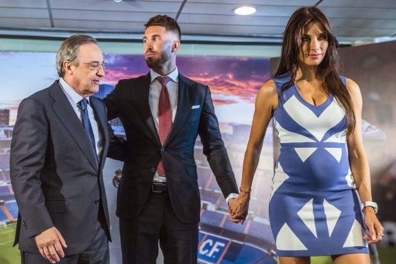 Sergio Ramos, nuevo capitán del Real Madrid, acompañado de Pilar Rubio y Florentino Pérez, presidente del Real Madrid, durante el acto de renovación de su contrato hasta 2020 celebrado hoy en el estadio Santiago Bernabéu.