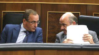 El ministro de Sanidad, Alfonso Alonso, con el ministro de Economía, Luis de Guindos. (Foto: EFE)
