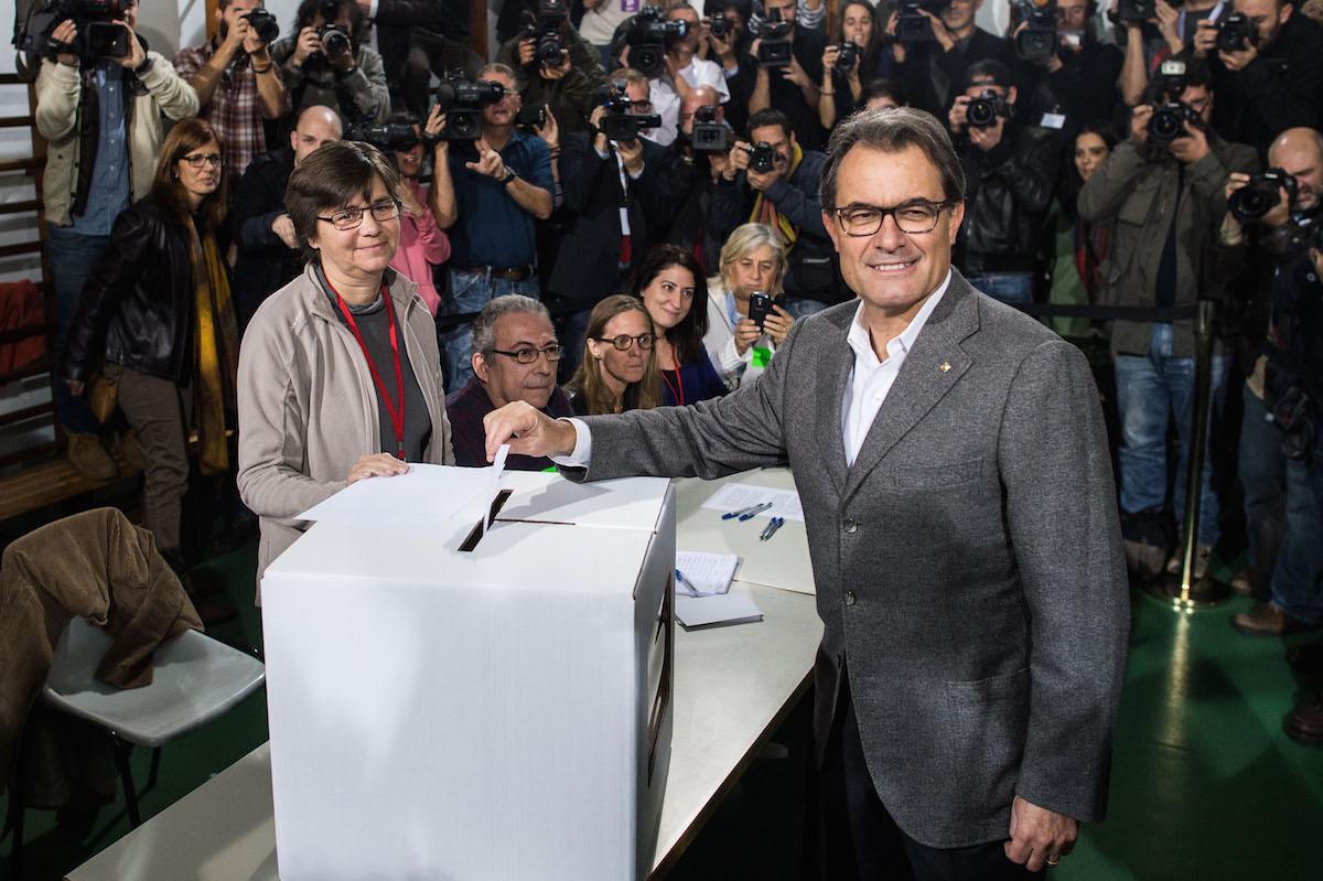 Artur Mas en un colegio electoral durante el referéndum ilegal del 9N (Foto: David Ramos/Getty)