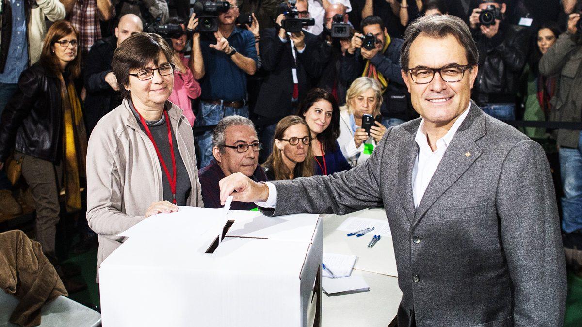 Artur Mas vota en una urna de cartón en el referéndum ilegal del 9N. (Foto: AFP)