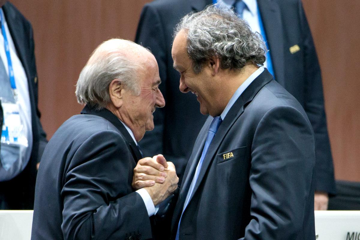 Platini estrecha su mano con Blatter en un Congreso de la FIFA.