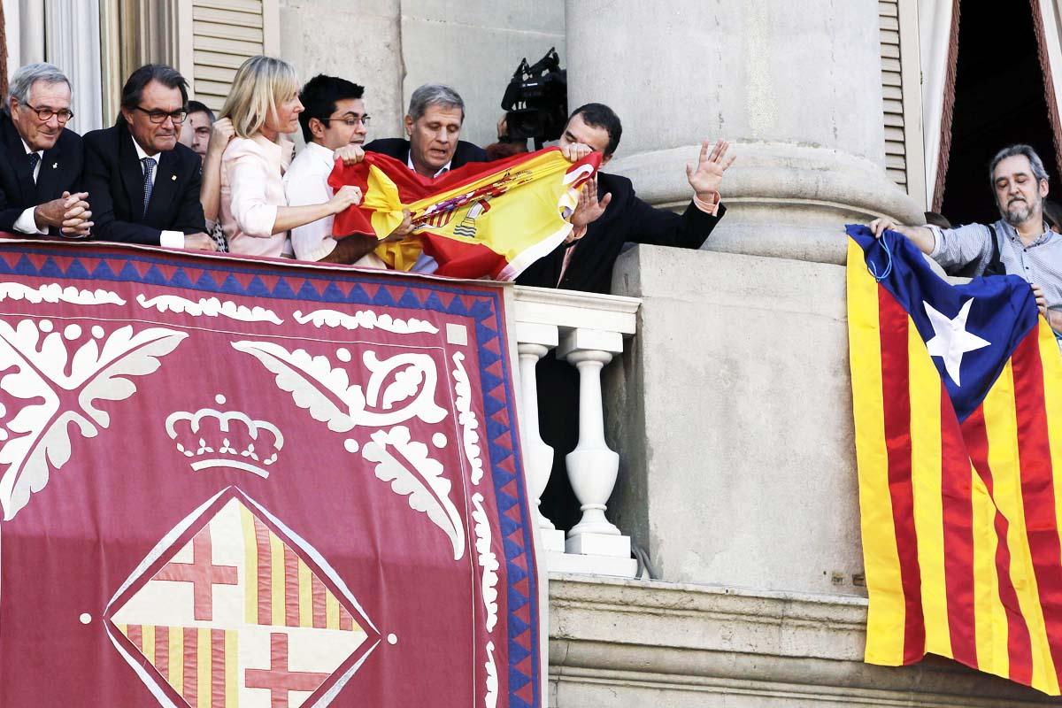 Así impidieron colgar la bandera española tras sacar una esterada (Foto: EFE)