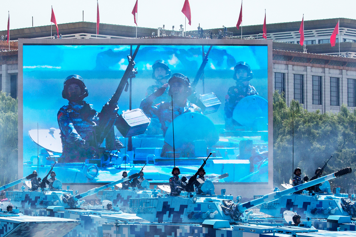 China sacó su arsenal militar a las calles para dar imagen de fortaleza (Getty)